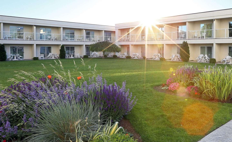 BW-Kelowna-Hotel-Courtyard-2